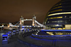 Ponte da torre de Londres na noite Fotos de Stock