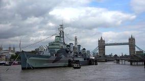 Ponte da torre de Londres, opinião de Thames River com navio e barcos, visita Reino Unido dos turistas filme