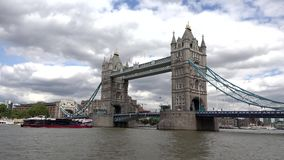 Ponte da torre de Londres, opinião de Thames River com navio e barcos, visita Reino Unido dos turistas vídeos de arquivo