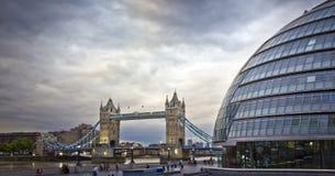 Ponte da torre e cidade salão, Londres Imagens de Stock Royalty Free