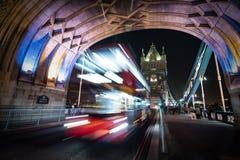 Ponte da torre e ônibus de Londres fotografia de stock royalty free