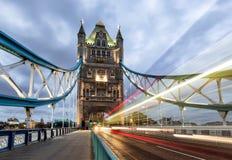 Ponte da torre em Londres com passagem pelo ônibus vermelho imagens de stock