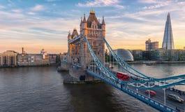 Ponte da torre em Londres, o Reino Unido Por do sol com nuvens bonitas imagem de stock