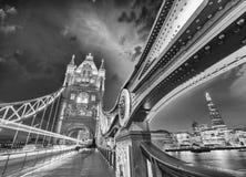 A ponte da torre, Londres. Cores maravilhosas do por do sol fotos de stock