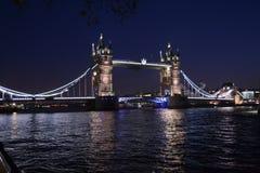 Ponte da torre - Londres na noite Imagem de Stock