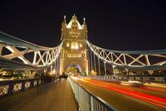 Ponte da torre na noite em Londres Fotografia de Stock Royalty Free