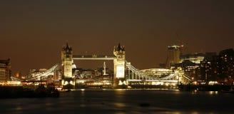Ponte da torre no crepúsculo foto de stock