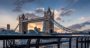 Ponte da torre no por do sol Imagem de Stock