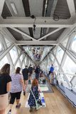 Ponte da torre no rio Tamisa Assoalho transparente de vidro, espelho do teto, turistas, Londres, Reino Unido Fotos de Stock Royalty Free