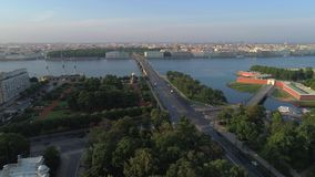 Ponte da trindade no vídeo aéreo do panorama da cidade St Petersburg, R?ssia video estoque
