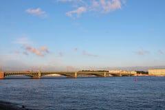 Ponte da trindade - vista do Peter e do Paul Fortress St Petersburg imagem de stock royalty free