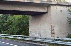 Ponte danificada da estrada fotos de stock royalty free