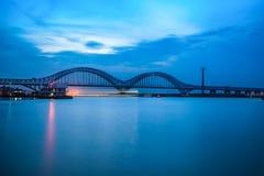 Ponte dashengguan di Nanchino il fiume Chang Jiang al crepuscolo Immagine Stock