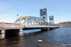 Ponte de aço da água fotografia de stock