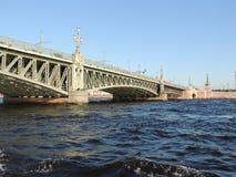 Ponte de aço da arquitetura sobre o verão do rio Fotografia de Stock Royalty Free