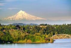 Ponte de aço de Portland e a capa do Mt Imagem de Stock Royalty Free