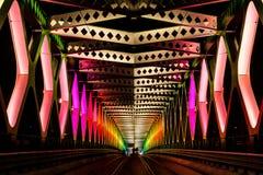 A ponte de aço iluminou durante a noite branca de festival de arte dentro, Brati Imagem de Stock Royalty Free