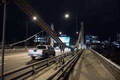 Ponte de aço moderna com tráfego na noite fotografia de stock