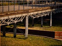 ponte de aço no parque foto de stock royalty free