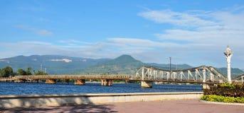 Ponte de aço velha com fundo da montanha na cidade de Kep, Camboja Imagens de Stock Royalty Free