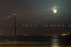 Ponte 25 de Abril月亮 免版税库存图片