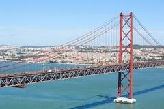 Ponte 25 de Abril в Лиссабоне, Португалии Стоковые Изображения RF