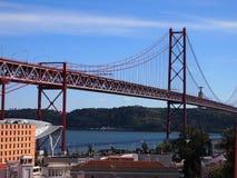 Ponte 25 DE Abril 25 DE Abril Bridge, een iconische mening van Lissabon Royalty-vrije Stock Afbeeldingen