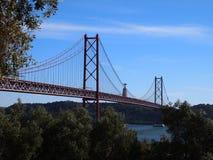 Ponte 25 DE Abril 25 DE Abril Bridge, een iconische mening van Lissabon Royalty-vrije Stock Foto