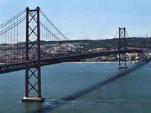 Ponte 25 de Abril - bro 25 April på Lissabon Royaltyfri Bild