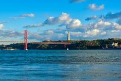Ponte 25 de Abril e Cristo Rei Photo stock