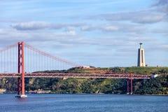 Ponte 25 de Abril et Cristo Rei Monument au Portugal Photos stock