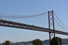 Ponte de abril sobre Tagus em Lisboa, Portugal Fotografia de Stock Royalty Free