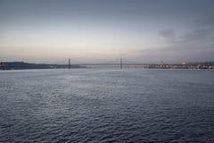 Ponte 25 de Abril und die Statue von Christus der König Lizenzfreie Stockfotografie