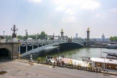 Ponte de Alexander III sobre Seine River, Paris, França foto de stock