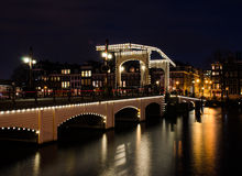 Ponte de Amsterdão em a noite Foto de Stock Royalty Free