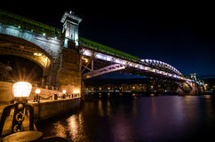A ponte de Andreevsky em Moscou na noite Foto de Stock Royalty Free