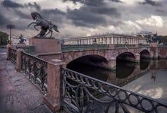 Ponte de Anichkov em uma manhã cinzenta Fotografia de Stock