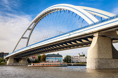 Ponte de Apollo sobre Danube River em Bratislava, Eslováquia Imagens de Stock