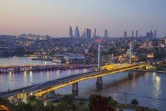 Ponte de Ataturk, ponte do metro e chifre dourado na noite - Istambul, foto de stock royalty free