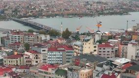 Ponte de Ataturk sobre o golfo dourado do chifre em Istambul, Turquia vista de cima do vídeo aéreo video estoque