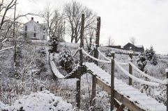 Ponte de balanço coberto de neve longa Imagens de Stock