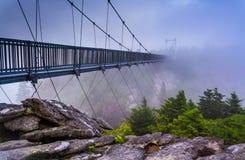 A ponte de balanço Milha-alta na névoa, na montanha de primeira geração, N Imagem de Stock