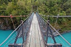 Ponte de balanço sobre o rio de Hokitika, costa oeste, Nova Zelândia imagens de stock royalty free