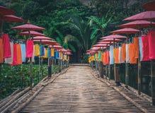 A ponte de bambu através da lagoa é decorada com guarda-chuvas coloridos Feriados em Tailândia do norte Chiang Mai Fotografia de Stock Royalty Free