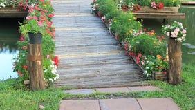 Ponte de bambu com flor Imagens de Stock Royalty Free