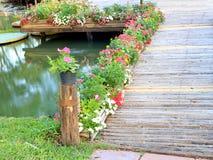 Ponte de bambu com flor Fotos de Stock Royalty Free