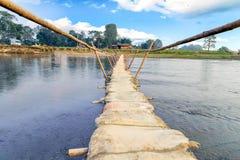 Ponte de bambu com o saco da areia no parque nacional Nepal de Chitwan imagens de stock royalty free