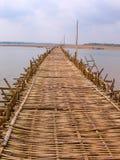 Ponte de bambu longa do Kampong Fotos de Stock Royalty Free