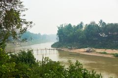 Ponte de bambu de madeira sobre o rio de Nam khan em Luang Prabang, Laos abril de 2019 foto de stock