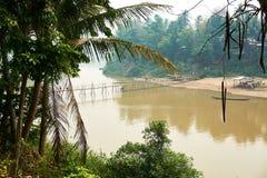 Ponte de bambu de madeira sobre o rio de Nam khan em Luang Prabang, Laos abril de 2019 imagem de stock